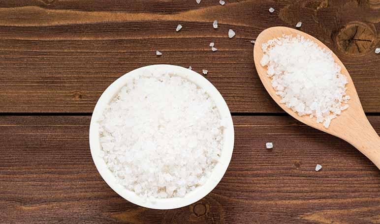 ¿Mantel delicado? Recupera su blancura con sal - Trucos de hogar caseros