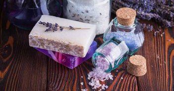 Cómo eliminar los restos de jabón del baño - Trucos de hogar caseros