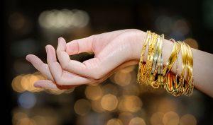 Cómo se limpia el oro con limón - Trucos de hogar caseros