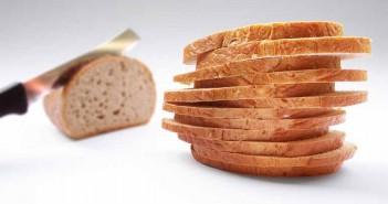 ¿Congelas tus panecillos con frecuencia pero te gusta disfrutar de un pan crujiente y delicioso cuando llega la hora de comer o de cenar? Pan crujiente en 30 segundosAunque pueda parecer difícil que el pan salido del congelador parezca recién comprado, existe un truco muy sencillo que te dará la oportunidad de degustar un rico pan crujiente en tan solo 30 segundos. Y todo ello de una forma muy económica a través de un tip para el hogar que cuenta con una elaboración de lo más práctica. ¿Tienes un microondas en casa? ¡Entonces sigue los pasos que aparecen en este post y prepárate para gozar de un pan súper crujiente y sabroso en solo medio minuto! Ingredientes Una servilleta de papel Un poco de agua El trozo de pan que te vayas a comer [wp_ad_camp_1] Pasos a seguir Empapa la servilleta de papel en agua y úsala para envolver el pan que deseas degustar. Colócalo todo en el interior del microondas y deja que se caliente durante unos 20 o 30 segundos. Transcurrido ese tiempo saca el pan del microondas y retira la servilleta de papel. Verás que, gracias a este sencillo gesto, podrás disponer de un pan crujiente en cualquier momento del día. Y es que nos encontramos ante un truco casero ideal para conseguir que el pan duro o congelado cruja y parezca recién sacado de la panadería. Debido a que nos encontramos ante una receta cien por cien natural, podrás ponerla en práctica siempre que lo desees. Los beneficios de este truco de hogar casero para degustar un pan delicioso y muy crujiente son los siguientes: Permite disfrutar de un pan crujiente y delicioso en cualquier momento el día. Es muy barato. Es fácil de preparar. Descubre más trucos caseros para degustar alimentos ricos y deliciosos a través del post Carne de ternera tierna con aceite y vinagre. ¿Qué opinas sobre los trucos de hogar caseros para disfrutar de un pan crujiente y sabroso elaborados con agua y una servilleta de papel?