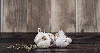 Cómo pelar el ajo sin que deje mal olor en las manos - Trucos de hogar caseros