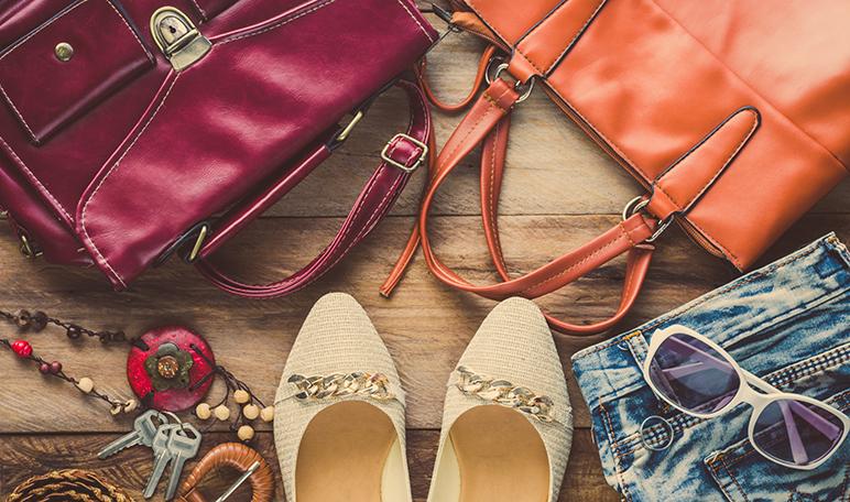 Eliminar el olor a plástico de los bolsos con periódico - Trucos de hogar caseros