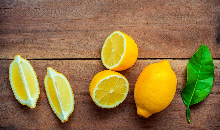 Cómo limpiar la nevera por dentro y combatir el mal olor usando limón - Trucos de hogar caseros
