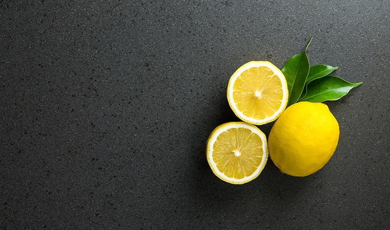 Limpiar la plancha de la ropa con limón - Trucos de hogar caseros