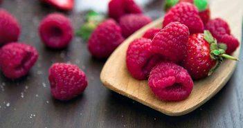 Eliminar las manchas de frutos rojos con agua oxigenada
