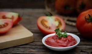 Eliminar las manchas de salsa de tomate con vinagre - Trucos de hogar caseros