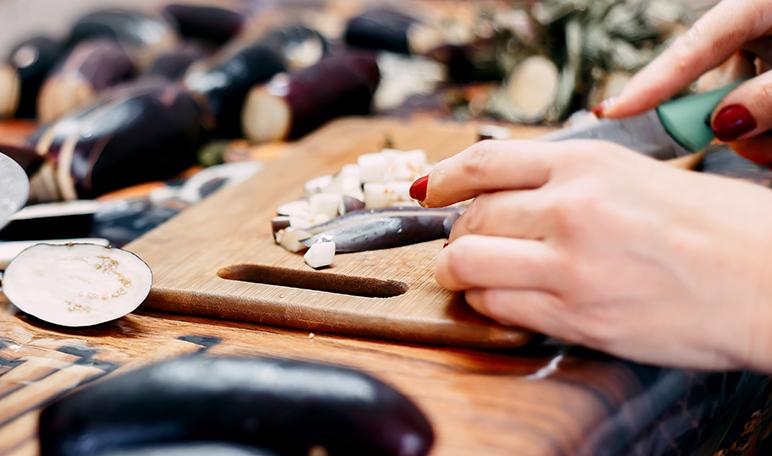 Limpiar las tablas de madera con bicarbonato y limón - Trucos de hogar caseros
