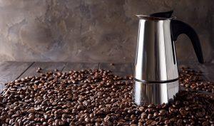 Cómo eliminar las manchas de la cafetera usando sal - Trucos de hogar caseros