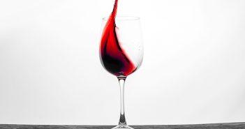 Cómo eliminar las manchas de vino con remedios caseros